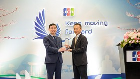 Đại diện MB nhận giải thưởng từ Đại diện Tổ chức thẻ quốc tế JCB trao tặng