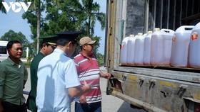 Lực lượng hải quan kiểm tra hàng hóa tại Cửa khẩu quốc tế Hà Tiên