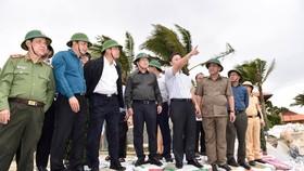 Phó Thủ tướng kiểm tra vị trí sạt lở và khu sơ tán dân tại Cửa Đại, Hội An, tỉnh Quảng Nam. - Ảnh: VGP