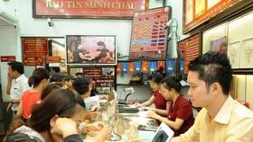 Giao dịch vàng tại Bảo Tín Minh Châu. (Ảnh: Vietnam+)
