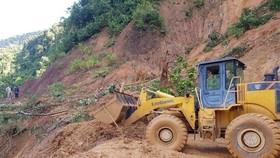 Lực lượng chức năng mở đường vào địa điểm sạt lở vùi lấp 53 người ở huyện Nam Trà My (Quảng Nam). (Ảnh: TTXVN)