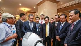 Phó Thủ tướng Phạm Bình Minh và Bí thư Thành ủy TPHCM Nguyễn Văn Nên cùng các đại biểu tham quan các gian hàng công nghệ trưng bày tại hội nghị. Ảnh: DŨNG PHƯƠNG
