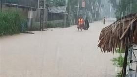 Nhiều tuyến đường ở xã Cẩm Mỹ (huyện Cẩm Xuyên, Hà Tĩnh) bị ngập lụt. (Ảnh: TTXVN phát)