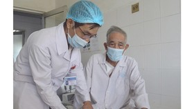 Bác sĩ chăm sóc cho ông cụ, sau khi phẫu thuật thành công