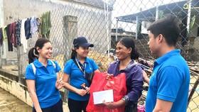 Chị Nguyễn Thị Bé (thôn Tân Dương, thị trấn Thuận An, huyện Phú Vang, tỉnh Thừa Thiên Huế) xúc động khi đại diện Tập đoàn Novaland đến tận nơi chia sẻ, hỗ trợ.