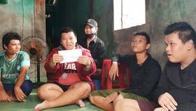 Chị Bùi Thị Tùng trao quà hỗ trợ gia đình khó khăn vì bão lũ có đến 4 đứa trẻ tâm thần ở thị trấn Thuận An, huyện Phú Vang, tỉnh Thừa Thiên – Huế.