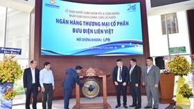 Ông Phạm Doãn Sơn, Phó Chủ tịch HĐQT kiêm Tổng Giám đốc LienVietPostBank, đánh cồng ngày đầu giao dịch trên HOSE.