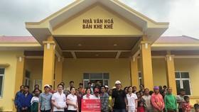 Vượt qua nhiều khó khăn, đoàn CBNV Tập đoàn TNG Holdings Vietnam đã đến được bản Khe Khế nơi bị mưa lũ chia cách nhiều tuần