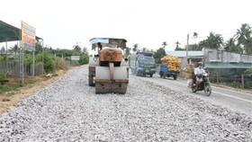 Thi công dự án cải tạo nâng cấp Quốc lộ 57 với tổng chiều dài toàn tuyến 39,19km, có tổng mức đầu tư toàn dự án 875 tỷ đồng. (Ảnh Công Trí/TTXVN)