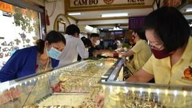 Giá vàng dậy sóng: Chuyên gia khuyến cáo bán, người dân lại đi mua