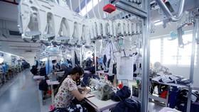 Dây chuyền sản xuất các sản phẩm may mặc xuất khẩu tại Công ty Cổ phần may và dịch vụ Hưng Long (Thị xã Mỹ Hào). (Ảnh: Phạm Kiên/TTXVN)