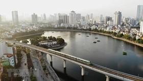 Đoàn tàu đường sắt đô thị Cát Linh-Hà Đông chạy qua khu vực hồ Hoàng Cầu. (Ảnh: Danh Lam/TTXVN)