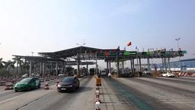 Phương tiện lưu thông trên làn thu phí tự động của một trạm BOT đã vận hành và khai thác. (Ảnh: Huy Hùng/Vietnam+)