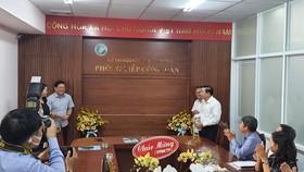 Giám đốc Sở TNMT TP Nguyễn Toàn Thắng (trái) cùng lãnh đạo Sở làm thủ tục khai trương Phòng tiếp Công dân