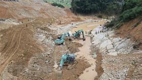 Lực lượng chức năng và các phương tiền tìm kiếm các nạn nhân mất tích dưới lòng suối Rào Trăng. (Ảnh: TTXVN phát)