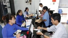Hành khách mua vé tàu Tết tại ga Sài Gòn. (Ảnh:Hoàng Hải/TTXVN)