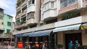Phong tỏa chung cư Sư Vạn Hạnh quận 5, nơi ở của bệnh nhân 1451 - Ảnh: CHÂU TUẤN