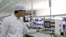 Sản xuất đèn Led tiết kiệm năng lượng của Công ty Kim Đỉnh tại Khu Công nghệ cao Thành phố Hồ Chí Minh. (Ảnh: Thanh Vũ/TTXVN)