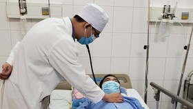 Bác sĩ chăm sóc cho bệnh nhân