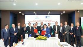 Ông Hồ Minh Hoàng - Chủ tịch HĐQT Tập đoàn Đèo Cả và ông Nguyễn Đình Trung - Chủ tịch Tập đoàn Hưng Thịnh thực hiện nghi thức ký kết hợp tác trước sự chứng kiến của đại diện hai Tập đoàn