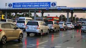 Thu phí tự động không dừng là hình thức thuận tiện, tiết kiệm thời gian hơn, giảm được ùn tắc giao thông và giúp minh bạch các khoản thu của dự án BOT. (Ảnh minh họa/KT).