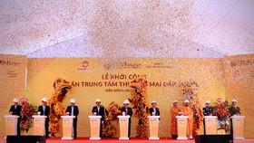 Ông Đỗ Quang Hiển, Chủ tịch HĐQT kiêm Tổng giám đốc Tập đoàn T&T Group, và các đại biểu bấm nút khởi công dự án.