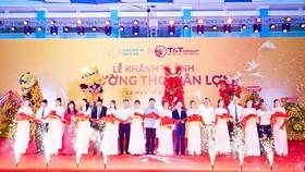 Ông Đỗ Quang Hiển, Chủ tịch HĐQT kiêm TGĐ Tập đoàn T&T Group và các đại biểu cắt băng khánh thành Trường THCS Tân Lợi.