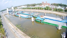 Các phương tiện giao thông thủy neo đậu ở âu tàu Rạch Chanh (tại Long An)