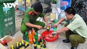 Đoàn kiểm tra liên ngành tỉnh Cao Bằng kiểm tra, tiêu hủy các sản phẩm quá hạn sử dụng.