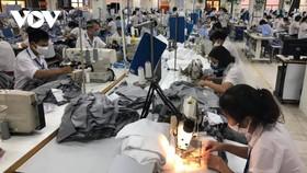 Nhiều doanh nghiệp cố gắng đảm bảo thưởng Tết cho người lao động.