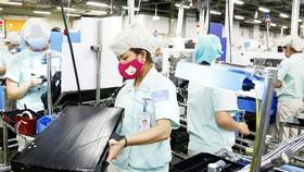 Việc Việt Nam khống chế được dịch bệnh và ưu tiên tiếp tục hoạt động sản xuất sẽ cho phép Việt Nam dễ huy động vốn vào sản xuất cấp thấp, một điều kiện giúp thu hút thêm nhiều nhà sản xuất.