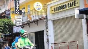 Quán Sabrosd Cafe (phố Bùi Viện, quận 1) bị phong tỏa sau khi bệnh nhân 1883 - công chứng viên ở Hà Nội, ghé đây vào ngày 29-1 - Ảnh: NHẬT THỊNH