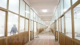 Dãy nhà 3 tầng Trung tâm thực hành thực nghiệm - Trường Đại học Sao Đỏ (thành phố Chí Linh) có một số hạng mục xuống cấp đang được cải tạo, sửa chữa để đáp ứng tiêu chuẩn của một cơ sở điều trị bệnh nhân COVID-19. (Ảnh: TTXVN phát)