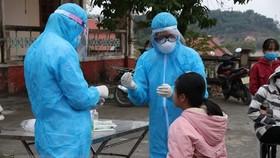 Cán bộ y tế lấy mẫu xét nghiệm cho học sinh Hải Dương. (Ảnh: Mạnh Minh/TTXVN)