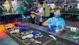 Công nhân sản xuất giày da tại Khu công nghiệp Sóng Thần, thành phố Dĩ An, tỉnh Bình Dương. (Ảnh: Chí Tưởng/TTXVN)