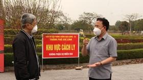 Thứ trưởng Bộ Y tế Nguyễn Trường Sơn kiểm tra tại khu cách ly và Bệnh viện dã chiến số 3 tại Đại học Sao Đỏ cơ sở 2 ở thành phố Chí Linh(Ảnh: PV/Vietnam+)