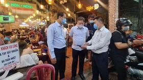 Đồng chí Dương Anh Đức (thứ hai từ phải qua) kiểm tra công tác phòng chống dịch tại một nhà hàng ở quận 3, TPHCM. Ảnh: THÀNH AN