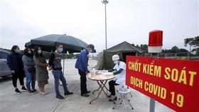 Những người muốn vào địa bàn tỉnh Hưng Yên phải khai báo y tế tại chốt kiểm soát dịch COVID-19 (huyện Yên Mỹ, Hưng Yên). (Ảnh: Phạm Kiên/TTXVN)
