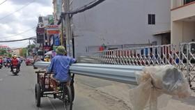 Xe ga gác chở tôn cồng kềnh trên đường Phan Văn Trị, quận Gò Vấp, năm 2020. Ảnh: Gia Minh.
