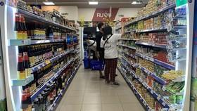 """COVID-19 khiến người tiêu dùng trong nước khép """"hầu bao"""""""