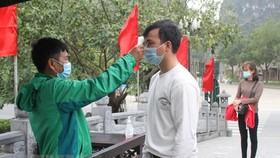 Công tác phòng chống dịch COVID-19 tại Khu du lịch sinh thái Tràng An. (Ảnh: Hải Yến/TTXVN)