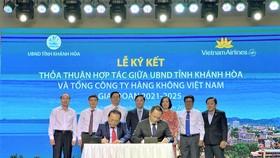 Ông Lê Hữu Hoàng - Uỷ viên Ban Thường vụ Tỉnh uỷ, Phó Chủ tịch thường trực UBND tỉnh Khánh Hòa (trái) và ông Lê Hồng Hà - Tổng giám đốc Vietnam Airlines (phải) đại diện hai bên ký kết thỏa thuận hợp tác.