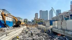 Công nhân thi công chuẩn bị tái lập mặt đường Lê Lợi phía trên ga Nhà hát thành phố. Ảnh: Ban quản lý đường sắt đô thị.