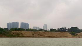 Nhiều khu vực đã xuất hiện các bãi tập kết cát, hàng quán ở sát ven hai bờ sông Hồng. (Ảnh: Hùng Nguyễn/Vietnam+)