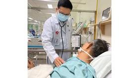 Bác sĩ thăm khám cho bệnh nhân, sau khi cấp cứu thành công