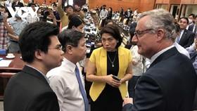 Doanh nước ngoài trao đổi với lãnh đạo UBND TPHCM về việc cải thiện môi trường đầu tư.