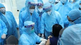 Tiêm vaccine phòng COVID-19 của AstraZeneca đợt đầu tiên cho các cán bộ y tế Hải Dương. (Ảnh: Minh Quyết/TTXVN)