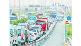 Dòng xe vào trung tâm TPHCM nối đuôi nhau trên đường dẫn cao tốc TPHCM - Long Thành - Dầu Giây (đoạn qua TP Thủ Đức). Ảnh : HOÀNG HÙNG