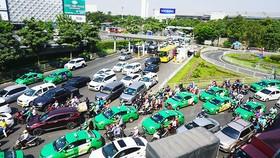 Các ngả đường ra và vào sân bay Tân Sơn Nhất thường xuyên bị tắc nghẽn.