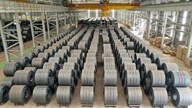 Sản xuất thép là một trong những ngành phục hồi tốt. Trong ảnh: Kho thành phẩm thép cuộn cán nóng Hòa Phát.